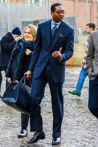 Cómo combinar una corbata estampada verde oscuro: Considera ponerse un traje de tres piezas de rayas verticales azul marino y una corbata estampada verde oscuro para rebosar clase y sofisticación. Zapatos oxford de cuero negros son una opción muy buena para completar este atuendo.