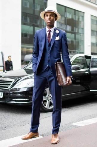 Moda para hombres de 20 años: Emparejar un traje de tres piezas azul junto a una camisa de vestir blanca es una opción atractiva para una apariencia clásica y refinada. Zapatos oxford de cuero marrón claro son una opción muy buena para complementar tu atuendo.