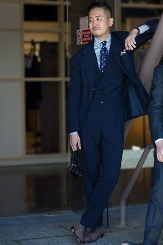 Cómo combinar un reloj de cuero negro: Casa un traje de tres piezas azul marino con un reloj de cuero negro para un look diario sin parecer demasiado arreglada. Agrega zapatos oxford de ante grises a tu apariencia para un mejor estilo al instante.
