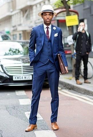 Cómo combinar un sombrero de paja en beige: Elige un traje de tres piezas azul y un sombrero de paja en beige para cualquier sorpresa que haya en el día. Zapatos oxford de cuero marrón claro levantan al instante cualquier look simple.