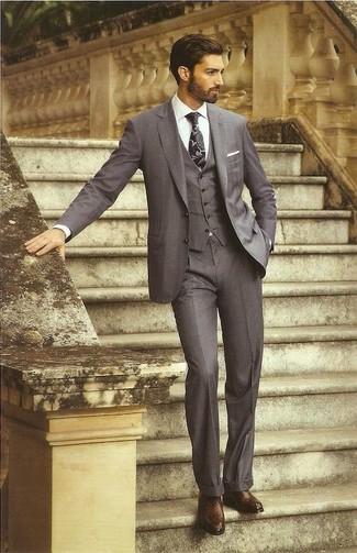 Cómo combinar: traje de tres piezas en gris oscuro, camisa de vestir blanca, zapatos oxford de cuero en marrón oscuro, corbata estampada negra