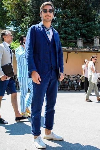 Cómo combinar una bandana azul: Empareja un traje de tres piezas azul con una bandana azul para conseguir una apariencia relajada pero elegante. Tenis de lona blancos son una sencilla forma de complementar tu atuendo.