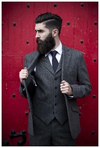 Cómo combinar una corbata a lunares negra: Accede a un refinado y elegante estilo con un traje de tres piezas de lana en gris oscuro y una corbata a lunares negra.