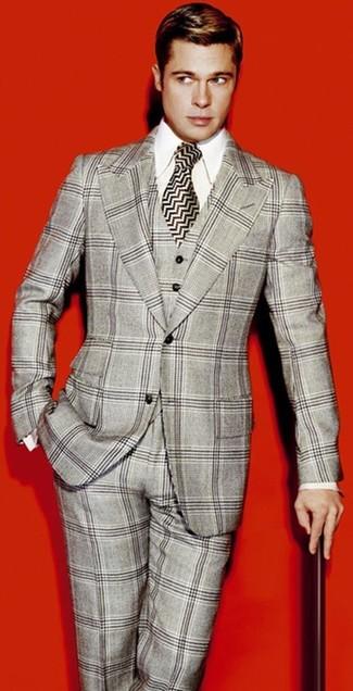 Cómo combinar: traje de tres piezas de tartán gris, camisa de vestir blanca, corbata de seda en zig zag en blanco y negro