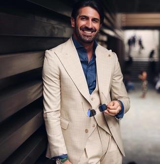 Cómo combinar: traje de tres piezas de tartán en beige, camisa de vestir de cambray azul marino, gafas de sol azul marino, reloj de cuero verde