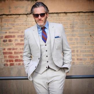 Cómo combinar: traje de tres piezas de lana en beige, camisa de vestir de cambray celeste, corbata de rayas verticales azul, pañuelo de bolsillo azul