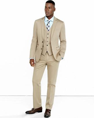 Cómo combinar: traje de tres piezas en beige, camisa de vestir celeste, zapatos con doble hebilla de cuero en marrón oscuro, corbata de tartán en beige