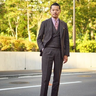 Cómo combinar: traje de tres piezas a cuadros en marrón oscuro, camisa de vestir de rayas verticales en blanco y rojo, corbata estampada morado, pañuelo de bolsillo estampado morado oscuro