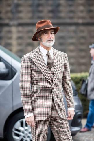 Cómo combinar: traje de tres piezas de cuadro vichy en multicolor, camisa de vestir blanca, sombrero de lana en tabaco, corbata de lana marrón