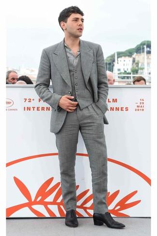 Cómo combinar: traje de tres piezas gris, camisa de manga larga estampada gris, zapatos oxford de cuero negros