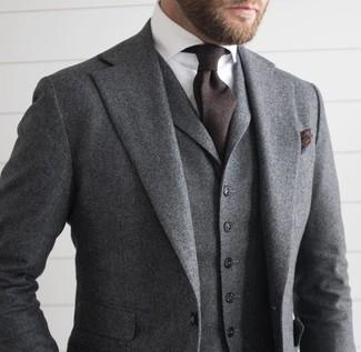 Cómo combinar: traje de tres piezas de lana gris, camisa de vestir blanca, corbata en marrón oscuro, pañuelo de bolsillo en marrón oscuro