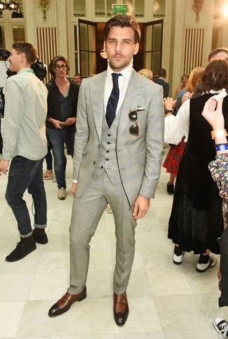 Cómo combinar: traje de tres piezas de tartán gris, camisa de vestir blanca, zapatos con doble hebilla de cuero marrónes, corbata a lunares negra