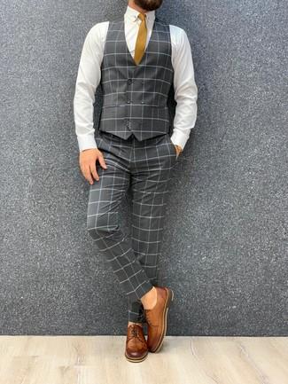 Cómo combinar: traje de tres piezas a cuadros gris, camisa de vestir blanca, zapatos derby de cuero marrónes, corbata mostaza