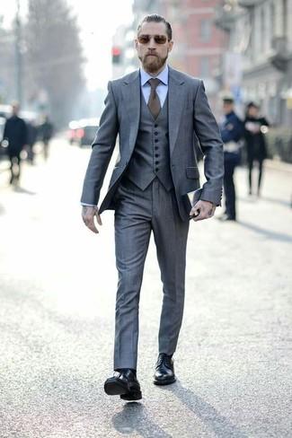 Cómo combinar: traje de tres piezas gris, camisa de vestir celeste, botas formales de cuero negras, corbata verde oliva