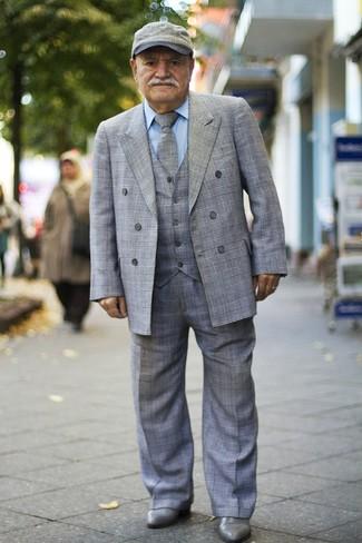 Cómo combinar: traje de tres piezas de tartán gris, camisa de vestir celeste, botines chelsea de cuero grises, gorra inglesa gris