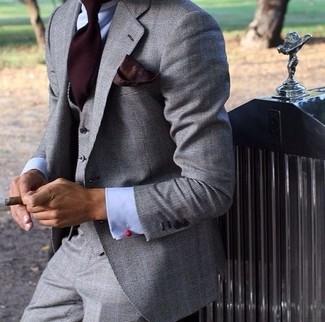 Cómo combinar: traje de tres piezas gris, camisa de vestir celeste, corbata burdeos, pañuelo de bolsillo burdeos