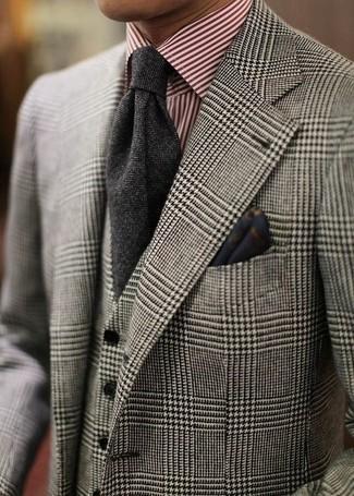 Cómo combinar un traje de tres piezas de tartán gris: Opta por un traje de tres piezas de tartán gris y una camisa de vestir de rayas verticales en blanco y rojo para un perfil clásico y refinado.