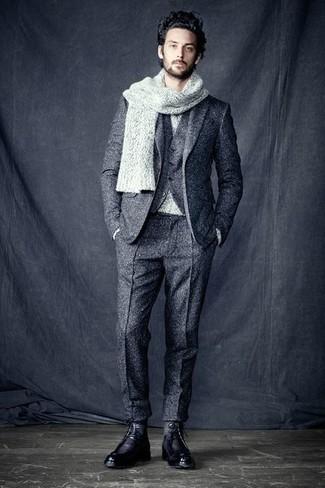 Casa un jersey con cuello circular gris de hombres de Anvil junto a un traje de tres piezas de lana gris para rebosar clase y sofisticación. Botas casual de cuero negras añaden un toque de personalidad al look.