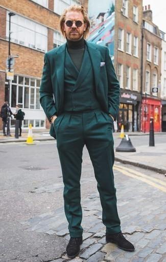 Cómo combinar un jersey de cuello alto verde oscuro: Elige un jersey de cuello alto verde oscuro y un traje de tres piezas en verde azulado para un perfil clásico y refinado. Mocasín de ante negro son una opción inmejorable para complementar tu atuendo.