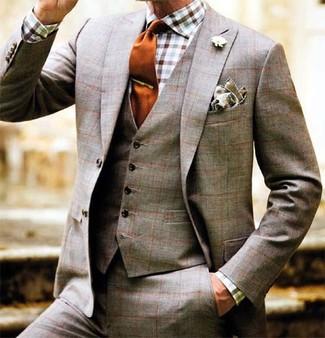 Cómo combinar: traje de tres piezas de tartán marrón, camisa de manga larga de cuadro vichy en blanco y marrón, corbata de seda naranja, pañuelo de bolsillo marrón claro