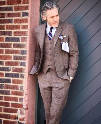 Cómo combinar: traje de tres piezas marrón, camisa de vestir blanca, corbata de rayas verticales azul marino, pañuelo de bolsillo blanco