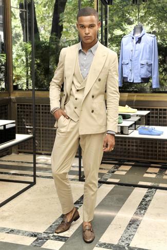 Cómo combinar: traje de tres piezas marrón claro, camisa de vestir de rayas verticales blanca, mocasín de cuero marrón