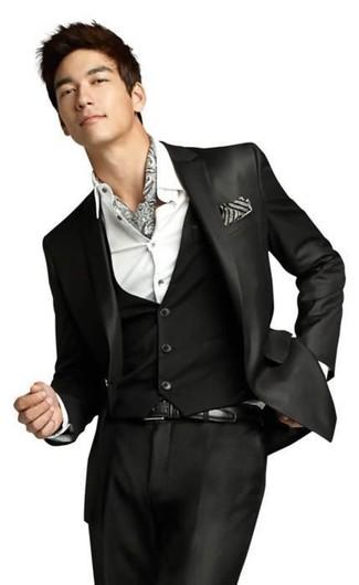 Cómo combinar: traje de tres piezas negro, camisa de vestir blanca, bufanda estampada gris, correa de cuero negra