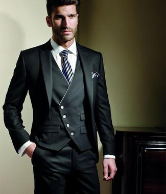 Utiliza un traje de tres piezas negro y una camisa de vestir blanca para una apariencia clásica y elegante.