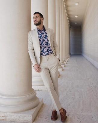 Cómo combinar: traje en beige, camisa de manga larga con print de flores azul marino, mocasín de cuero marrón