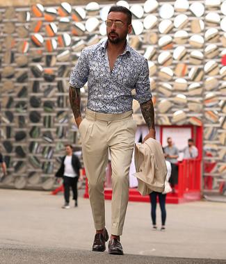 Look de moda: Traje en beige, Camisa de manga larga con print de flores en blanco y azul marino, Mocasín de cuero en marrón oscuro, Gafas de sol doradas