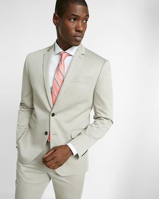 Cómo combinar: traje en beige, camisa de vestir blanca, corbata de rayas verticales rosada