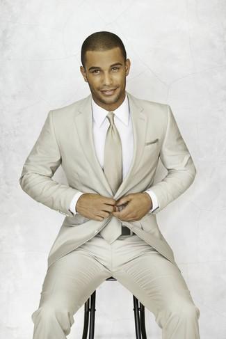 Cómo combinar: traje en beige, camisa de vestir blanca, corbata en beige