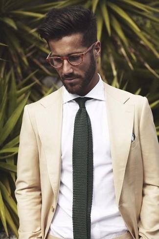 Cómo combinar: traje en beige, camisa de vestir blanca, corbata de punto verde oscuro, pañuelo de bolsillo de tartán en blanco y negro