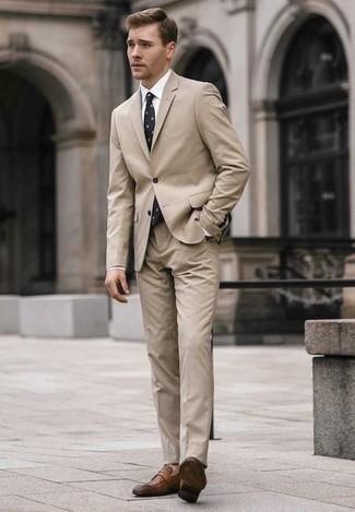 Outfits hombres estilo elegante: Emparejar un traje en beige junto a una camisa de vestir blanca es una opción buena para una apariencia clásica y refinada. ¿Quieres elegir un zapato informal? Elige un par de mocasín de cuero marrón para el día.
