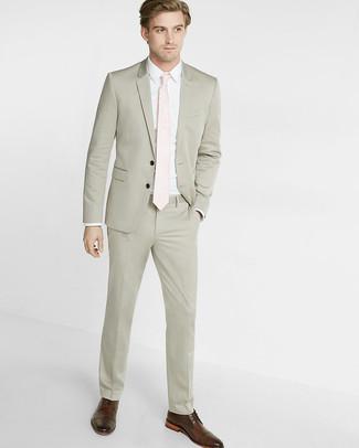 f6f54ad053d Cómo combinar: traje en beige, camisa de vestir blanca, zapatos derby de  cuero