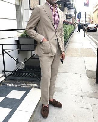 Cómo combinar un mocasín con borlas de ante en marrón oscuro: Equípate un traje en beige junto a una camisa de vestir de rayas verticales en blanco y rojo para rebosar clase y sofisticación. Mocasín con borlas de ante en marrón oscuro son una opción grandiosa para completar este atuendo.