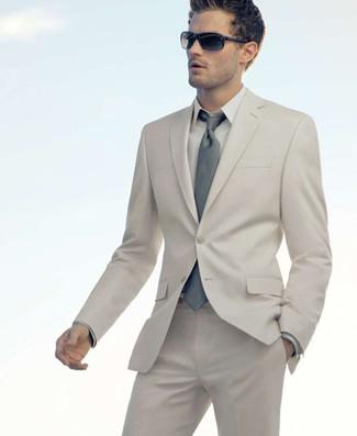 Cómo combinar: traje en beige, camisa de vestir en beige, corbata gris