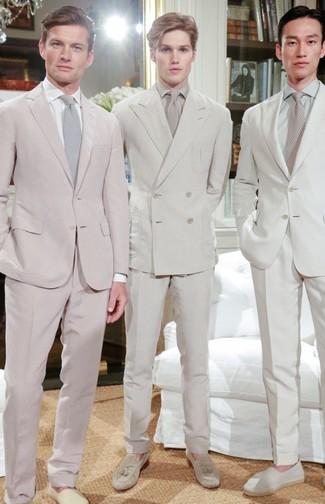 Cómo combinar: traje en beige, camisa de vestir en beige, mocasín con borlas de ante en beige, corbata en beige