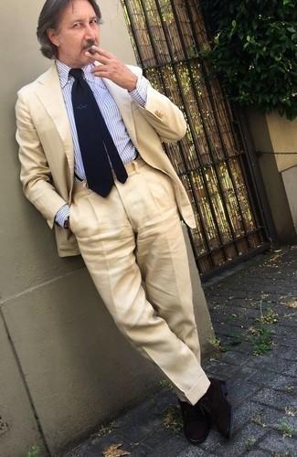 Cómo combinar un traje en beige: Ponte un traje en beige y una camisa de vestir de rayas verticales en blanco y azul para un perfil clásico y refinado. Zapatos oxford de ante negros son una opción estupenda para complementar tu atuendo.