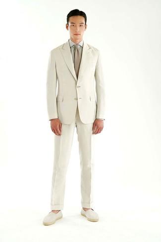 Cómo combinar un traje en beige: Intenta combinar un traje en beige junto a una camisa de vestir gris para rebosar clase y sofisticación. Si no quieres vestir totalmente formal, usa un par de alpargatas de lona en beige.