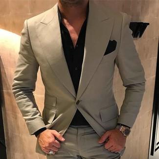 Cómo combinar un traje en beige: Equípate un traje en beige con una camisa de vestir negra para rebosar clase y sofisticación.