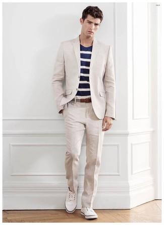 Cómo combinar un traje en beige: Empareja un traje en beige con una camiseta con cuello circular de rayas horizontales en azul marino y blanco para crear un estilo informal elegante. Si no quieres vestir totalmente formal, haz tenis blancos tu calzado.