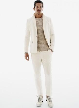 Emparejar un jersey de ochos en beige de Gant junto a un traje beige es una opción práctica para una apariencia clásica y refinada. ¿Quieres elegir un zapato informal? Usa un par de deportivas grises para el día.