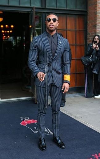 Cómo combinar: traje de rayas verticales en blanco y azul marino, camisa de vestir negra, botas formales de cuero negras, gafas de sol negras