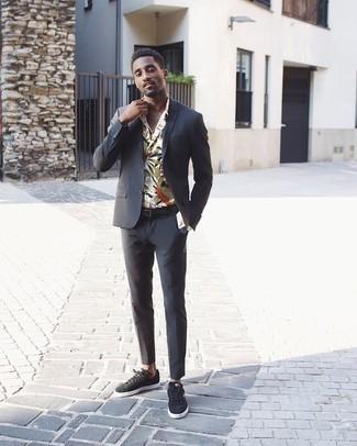 Outfits hombres: Intenta ponerse un traje en gris oscuro y una camisa de manga larga con print de flores blanca para rebosar clase y sofisticación. Si no quieres vestir totalmente formal, completa tu atuendo con tenis de ante en gris oscuro.