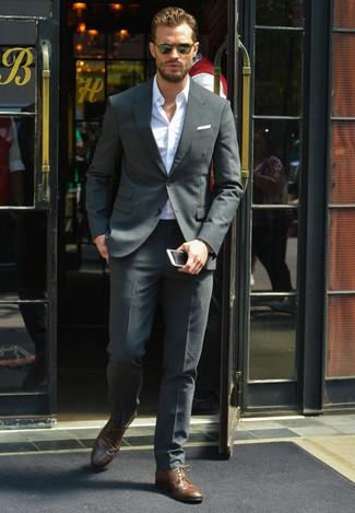 Look de Jamie Dornan: Traje en Gris Oscuro, Camisa de Manga Larga Blanca, Zapatos Derby de Cuero en Marrón Oscuro, Pañuelo de Bolsillo Blanco
