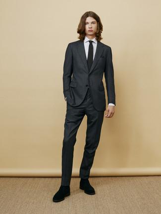 Cómo combinar: traje en gris oscuro, camisa de vestir de rayas verticales blanca, botines chelsea de ante negros, corbata de punto negra