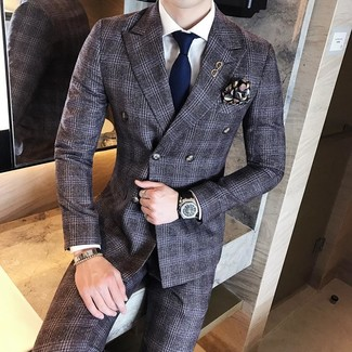 Cómo combinar: traje de lana de tartán en gris oscuro, camisa de vestir blanca, corbata azul marino, pañuelo de bolsillo estampado negro