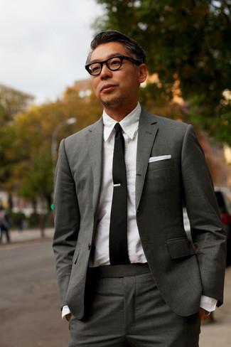 Cómo combinar: traje en gris oscuro, camisa de vestir blanca, corbata negra, pañuelo de bolsillo blanco