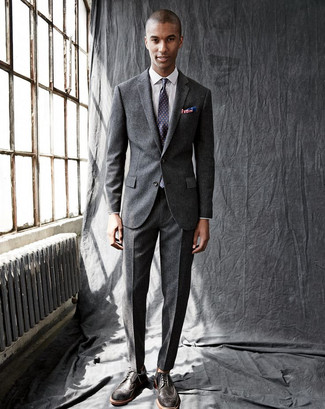 Cómo combinar: traje de lana en gris oscuro, camisa de vestir a cuadros blanca, zapatos brogue de cuero en marrón oscuro, corbata a lunares en violeta